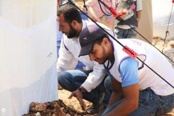 (العربية) تركيب خيم جديدة في مخيمات الحدود